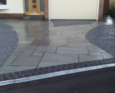 CURVED DESIGN BLACK COBBLE AND NATURAL STONE FLAGS