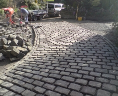 RECLAIMED COBBLES AND YORKSTONE FLAGS