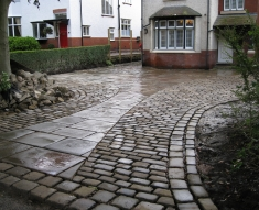 RECLAIMED YORKSTONE FLAGS WITH OLD RECLAIMED NATURAL COBBLE SETTS (13)