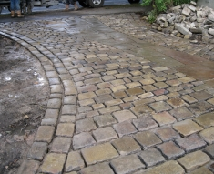 RECLAIMED YORKSTONE FLAGS WITH OLD RECLAIMED NATURAL COBBLE SETTS (16)