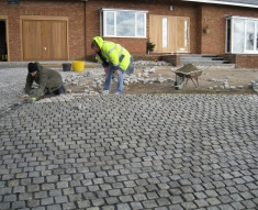 CURVED DRIVE WITH SILVER GRANITE SETTS BILLINGE