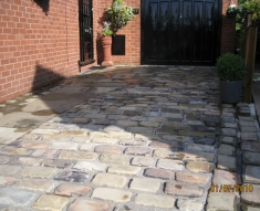 DISABLED ACCESS FRIENDLY DRIVEWAY WITH YORKSTONE COBBLES AND FLAGS (3)