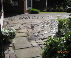 DISABLED ACCESS FRIENDLY DRIVEWAY WITH YORKSTONE COBBLES AND FLAGS (4)