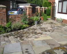 DISABLED ACCESS FRIENDLY DRIVEWAY WITH YORKSTONE COBBLES AND FLAGS (5)