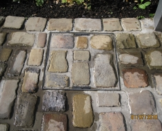 DISABLED ACCESS FRIENDLY DRIVEWAY WITH YORKSTONE COBBLES AND FLAGS (2)